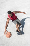 Афро-американская тренировка баскетболиста на суде самостоятельно Стоковое фото RF