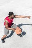 Афро-американская тренировка баскетболиста на суде самостоятельно Стоковые Фото