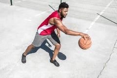 Афро-американская тренировка баскетболиста на суде самостоятельно Стоковые Изображения RF