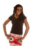 Афро-американская улыбка стойки гетры женщины вручает бедра Стоковое Фото