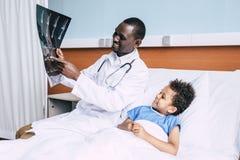 Афро-американские доктор и пациент с изображением рентгеновского снимка Стоковые Изображения