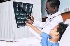 Афро-американские доктор и пациент с изображением рентгеновского снимка Стоковая Фотография RF
