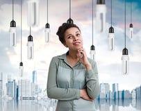 Афро-американские женщина и электрические лампочки в городе Стоковые Изображения RF