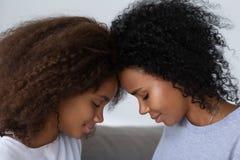 Афро-американские мама и дочь имеют близкий момент совместно стоковые изображения rf