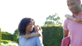 Афро-американские родители давая детям езды автожелезнодорожных перевозок сток-видео