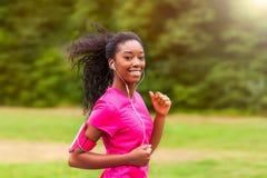 Афро-американский бегун женщины jogging outdoors - фитнес, peopl Стоковая Фотография RF