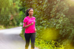 Афро-американский бегун женщины jogging outdoors - фитнес, peopl Стоковое фото RF