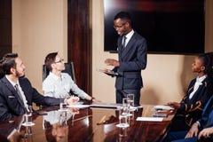 Афро-американский бизнесмен давая представление к сподвижницам Стоковое Изображение
