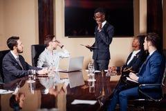 Афро-американский бизнесмен давая представление к сподвижницам Стоковая Фотография RF