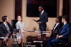 Афро-американский бизнесмен давая представление к сподвижницам Стоковое Фото
