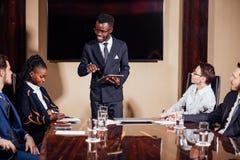 Афро-американский бизнесмен давая представление к сподвижницам Стоковые Изображения