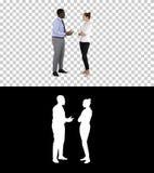 Афро-американский бизнесмен объясняя что-то его коллеге, канал альфы стоковое изображение