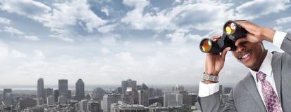 Афро-американский бизнесмен с биноклями стоковая фотография