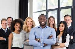 Афро-американский босс бизнесмена с группой в составе бизнесмены в творческом офисе, успешный водить человека гонки смешивания стоковые фотографии rf