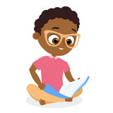 Афро-американский мальчик с стеклами Молодой мальчик читая книгу сидя на поле вектор экрана иллюстрации 10 eps Плоский стиль шарж Стоковое фото RF