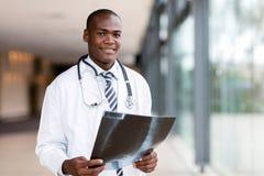 Афро-американский мужской доктор стоковое изображение rf