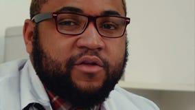 Афро-американский доктор говоря к камере сток-видео