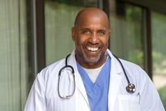 Афро-американский доктор Отправка СМС Стоковые Изображения