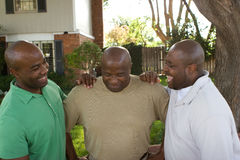 Афро-американский отец и его взрослые сыновьья Стоковое Изображение RF