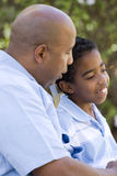 Афро-американский отец и сын тратя время совместно Стоковое фото RF