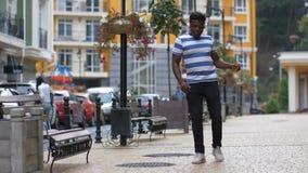 Афро-американский парень двигая в танец afrobeat видеоматериал