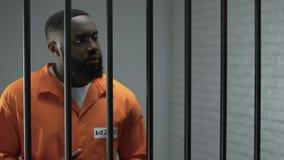 Афро-американский пленник делая расположение с тюремным офицером, коррупцией в тюрьме видеоматериал