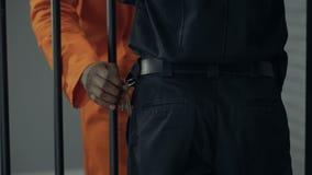 Афро-американский пленник крадя ключи от охранника, подготавливая избежание сток-видео