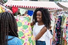 Афро-американский поставщик рынка представляя одежды стоковые изображения