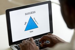 Афро-американский превращаясь бизнес модель на компьтер-книжке в офисе Стоковая Фотография