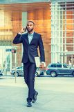 Афро-американский путешествовать бизнесмена, работая в Нью-Йорке Стоковые Изображения