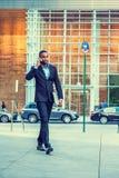 Афро-американский путешествовать бизнесмена, работая в Нью-Йорке Стоковое Изображение