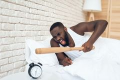Афро-американский сердитый человек угрожает бейсбольной биты Стоковые Фото