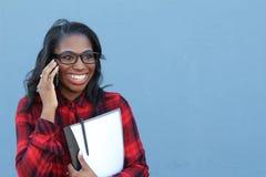 Афро-американский студент колледжа говоря на сотовом телефоне - изображении запаса Стоковые Изображения RF