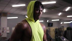 Афро-американский человек бежать на третбане в спортзале, cardio тренировке сток-видео