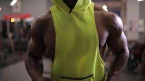 Афро-американский человек бежать на третбане в спортзале, cardio тренировке акции видеоматериалы
