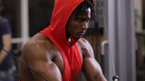 Афро-американский человек делая exercice на тренируя приборе в спортзале акции видеоматериалы
