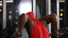 Афро-американский человек нажимает поднимает в спортзале на параллельных брусьях сток-видео