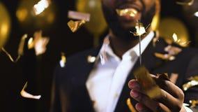 Афро-американский человек показывая светлое Бенгалии к камере, партии Нового Года корпоративной акции видеоматериалы