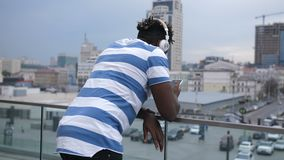Афро-американский человек проверяя передвижной app outdoors сток-видео