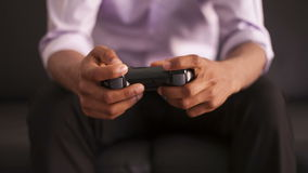 Афро-американский человек играя видеоигры сток-видео