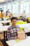Афро-американский школьник с сумкой обеда стоковая фотография