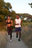 2 Афро-американских бегуна работая outdoors Стоковое Фото