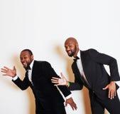 2 афро-американских бизнесмена в представлять черных костюмов эмоциональный, g Стоковая Фотография RF