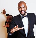 2 афро-американских бизнесмена в представлять черных костюмов эмоциональный, g Стоковая Фотография