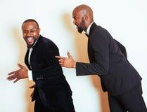 2 афро-американских бизнесмена в представлять черных костюмов эмоциональный, g Стоковое Изображение RF