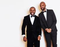 2 афро-американских бизнесмена в представлять черных костюмов эмоциональный, g Стоковые Фотографии RF