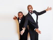 2 афро-американских бизнесмена в представлять черных костюмов эмоциональный, g Стоковое Изображение
