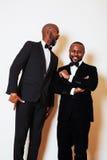 2 афро-американских бизнесмена в представлять черных костюмов эмоциональный, g Стоковое Фото