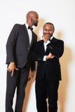 2 афро-американских бизнесмена в представлять черных костюмов эмоциональный, g Стоковые Изображения