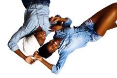 2 Афро-американских женщины смеясь над шарфами рубашек шортов головными Стоковые Изображения